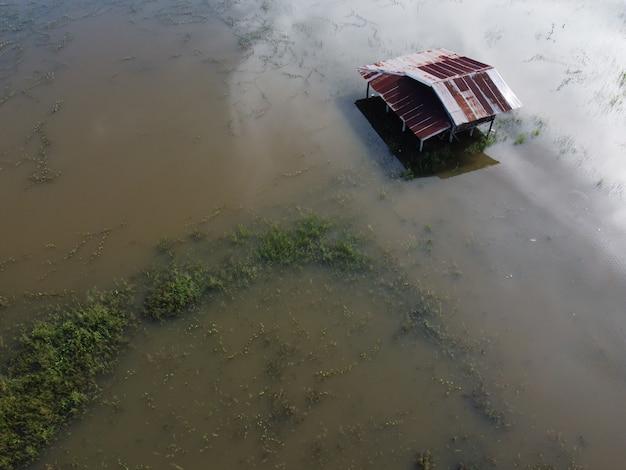 태국 시골 마을 주민들의 집이 물에 잠겼습니다.