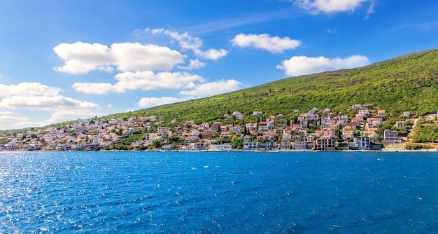 Поселки на побережье в которской бухте, адриатическое море, черногория.