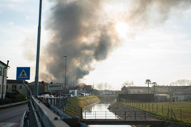 Villanova del ghebbo, italy 2021년 3월 23일: 마을의 집들 사이에서 화재