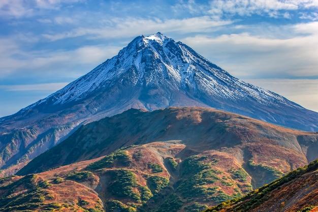 가을 캄차카 반도의 vilyuchinsky 화산을 닫습니다.