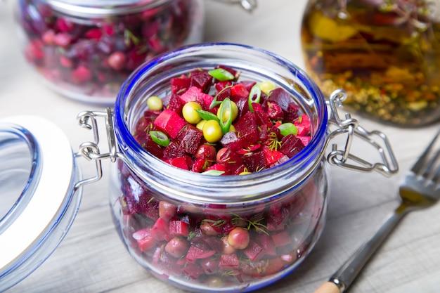 Салат винегрет с оливковым (растительным) маслом в банке. выборочный фокус, крупный план.