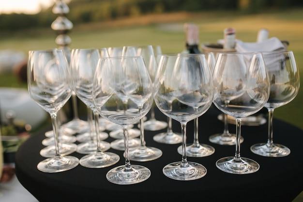 테라스 야외 케이터링 컨셉의 야외 파티에서 제공되는 덩굴 잔