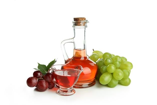 白い背景に分離された酢とブドウ
