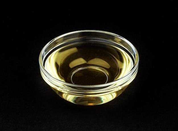 黒に分離されたボウルに酢 Premium写真