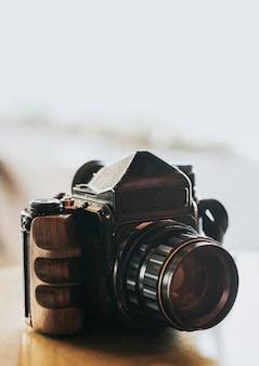 テーブルの上のビンテージ120mmフィルムカメラ