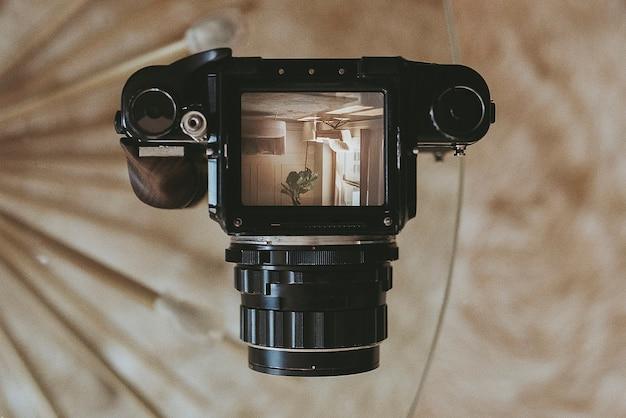 アナログカメラの写真とヴィンテージ35mmフィルムストリップ