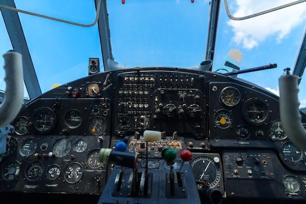 Старинная приборная панель самолета, вид крупным планом