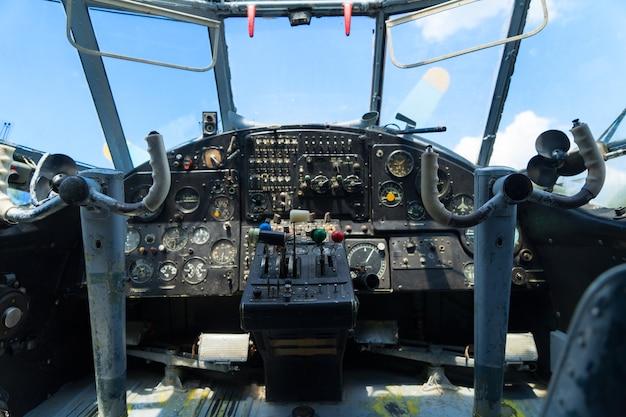 Старинная приборная панель самолета, неглубокий акцент на рычагах