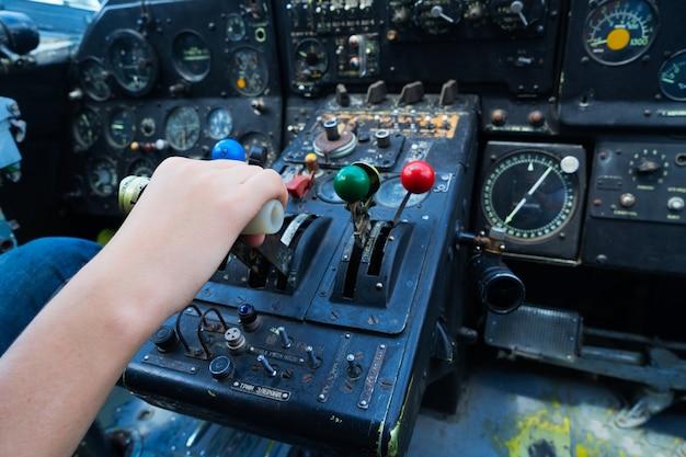 Винтажная приборная панель самолета с ручным рычагом