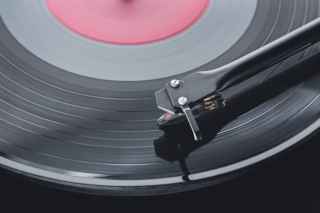 빈티지 아날로그 힙 스터 음악 레코드 플레이어. 턴테이블 바늘 카트리지 및 톤 암 초점. 재생 및 비닐 음악 레코드 듣기