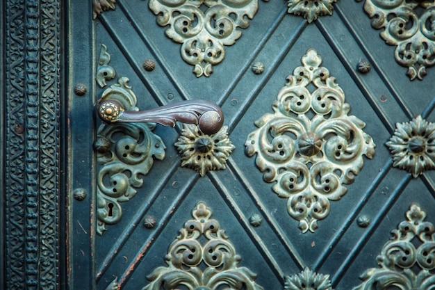 ヴィンテージ古代の背景。素朴な古代のドアは、中世の繰り返しの装飾品をパターン化しています