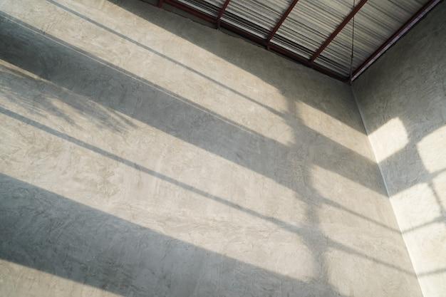창 조명 그림자가 있는 빈티지하고 현대적인 로프트 패턴 벽지 스타일.