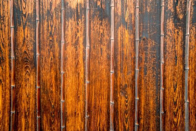 ヴィンテージと古い混合および組み合わせたダークバンブーとウッドプレートを壁紙に。