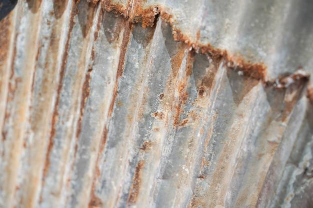 通りバンコクタイの横にあるヴィンテージと古い素朴な亜鉛シートの屋外の壁。