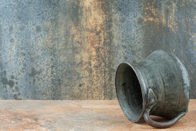 Bollitore antico antico d'annata su fondo di marmo