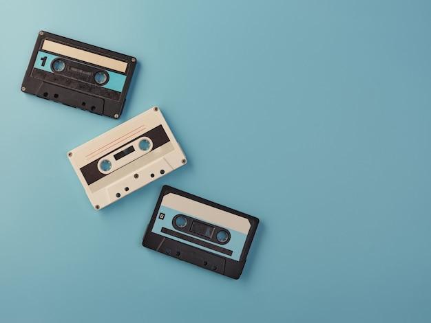 Винтажные аудиокассеты на синей стене