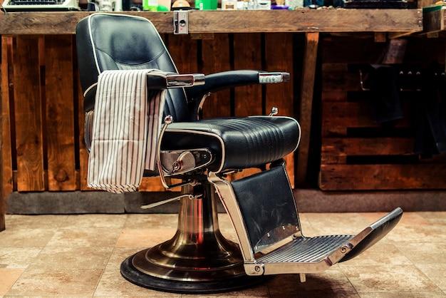 Винтажное кресло парикмахера крупным планом в помещении