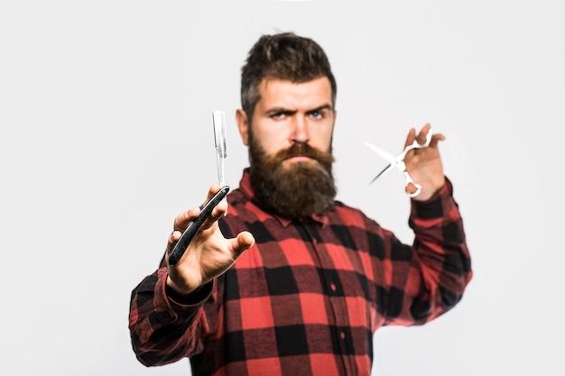 Винтажная парикмахерская, бритье. мужская стрижка. парикмахерские ножницы и опасная бритва, парикмахерская. бородатый мужчина, бородатый мужчина. портрет мужчины с бородой. парикмахерские ножницы и опасная бритва