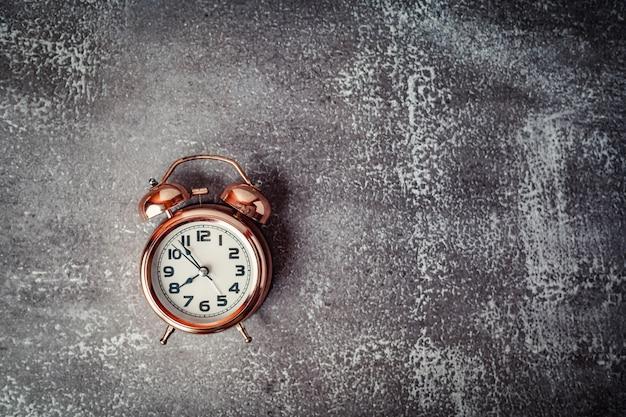 Старинный звонок-будильник на гранж-фон