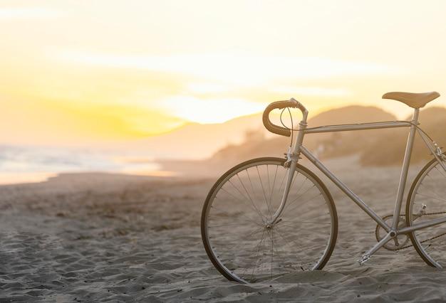 해변에서 모래에 빈티지 자전거