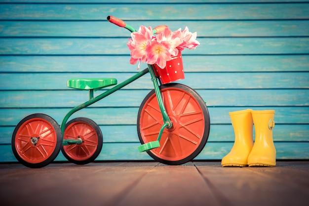 木の背景にチューリップの花束とヴィンテージ自転車女性の日3月8日春の休日