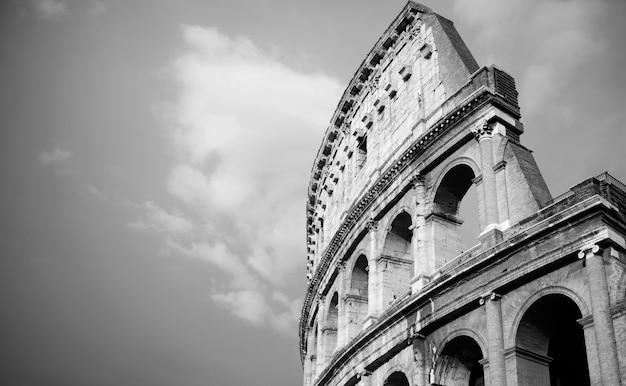 イタリア、ローマのヴィンテージの黒と白のコロッセオ