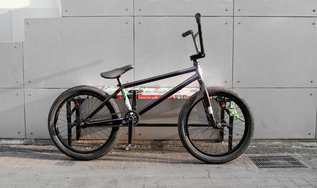 Винтаж черный маленький велосипед