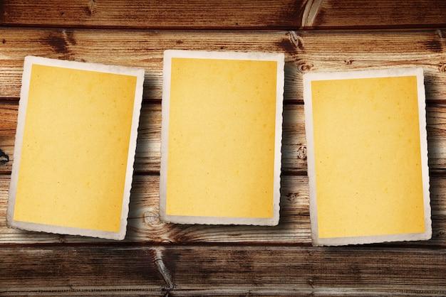 ビンテージの空白カードまたは木製のテーブルの上のメモ