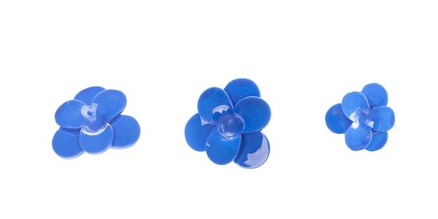白い背景の上のヴィンテージの青いブローチ。ファッショナブルでシックでエレガントなアクセサリー