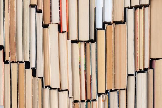 Старинный книжный фон. стопка старых и подержанных книг в твердом переплете