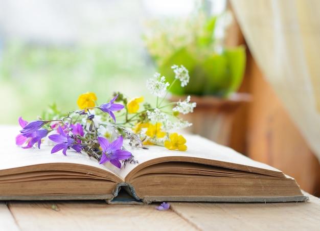 초원 꽃 향수 빈티지 배경의 부케와 빈티지 책