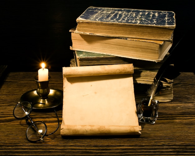 빈티지 책과 파피루스