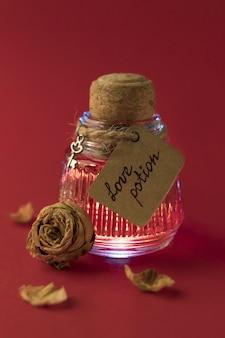 魔法の愛のポーションとローズのビンテージボトル