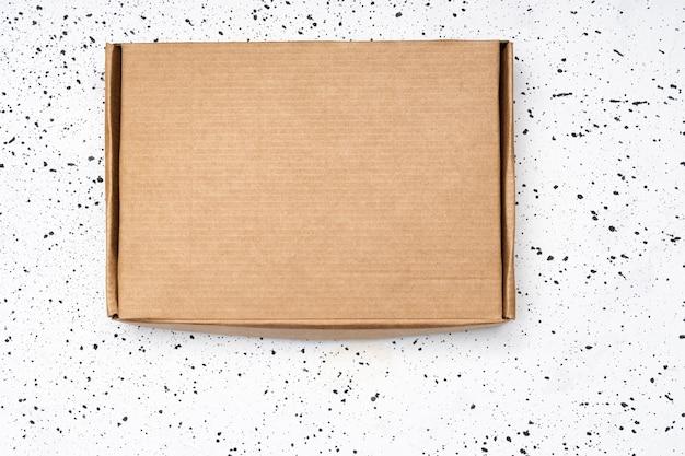 Винтажная коробка на белом фоне цемента.