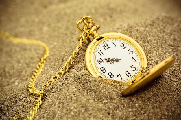 샌드 소재의 흰색 시계 문자반과 체인이 있는 빈티지 황동 회중 시계