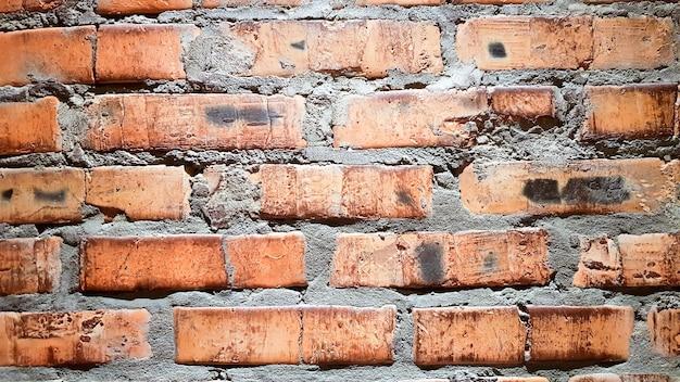 빈티지 벽돌 벽 배경입니다. 붉은 점토 벽돌은 아름답고 강하며 배경 이미지로 사용되는 민속 벽으로 장식하기에 적합합니다.
