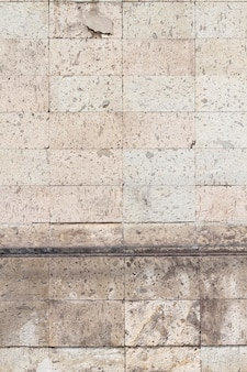 Старинные кирпичи стен городских зданий
