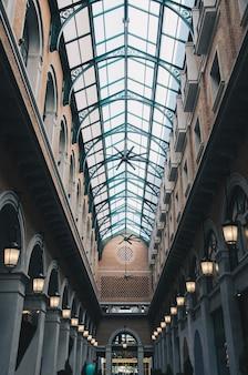 ミラー屋根付きのヴィンテージ建築ホール