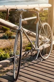 해변에서 빈티지 자전거 타기