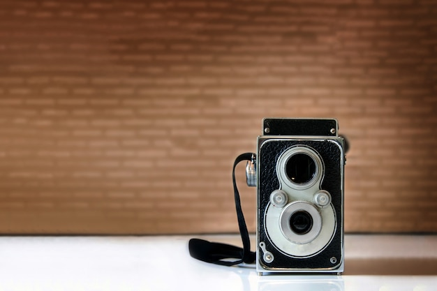 写真の古典的な技術の木製テーブルのビンテージカメラコレクション