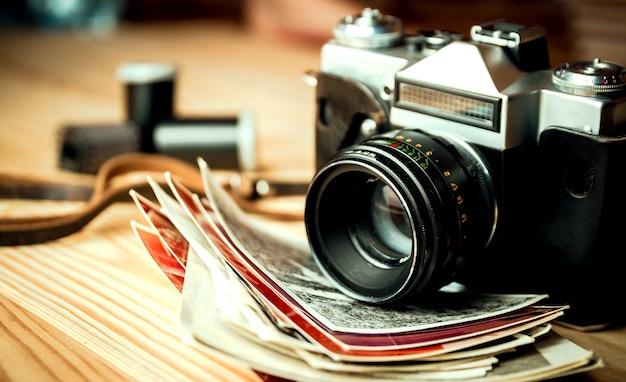 木製のテーブルの上のビンテージカメラ