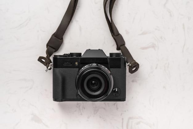 白い大理石のテーブルの上のビンテージカメラ
