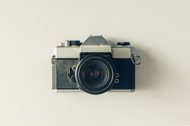 白い表面のビンテージカメラ