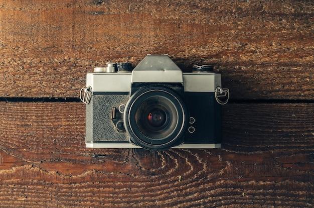 木製の表面にヴィンテージカメラ