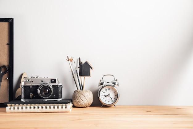 Старинный фотоаппарат с часами на рабочем столе