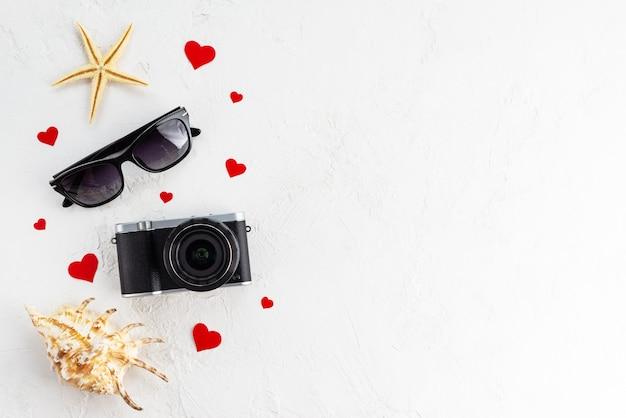Винтажная камера с очками и ракушками.