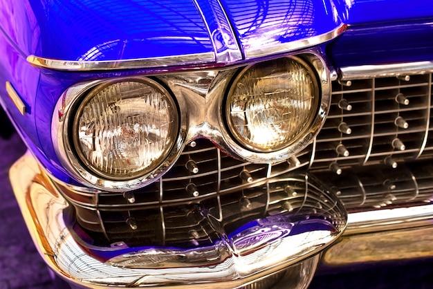 Старинная машина. красивая голубая машина