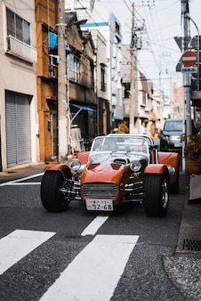 都会のストリートでヴィンテージカー
