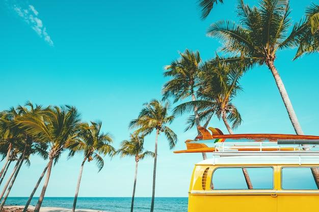 Винтажный автомобиль припаркован на тропическом пляже