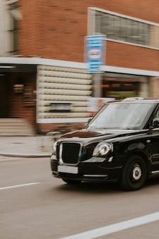 런던 거리를 여행하는 빈티지 자동차